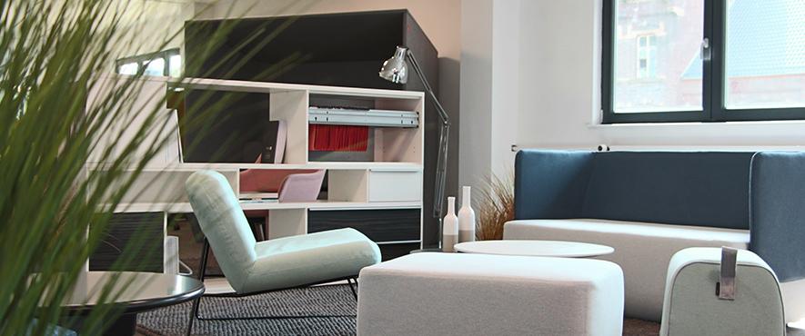 Partie du showroom avec mobilier pour aménager des espaces de travail.