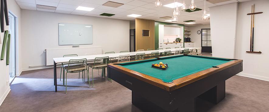 Aménagement d'espace cafétéria pour montrer l'étendu du mobilier de bureau.