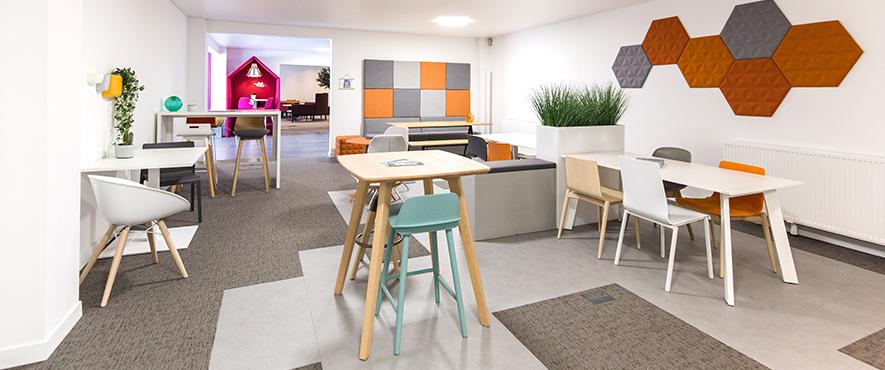 Aménagement du showroom en espace de travail avec du mobilier de bureau.