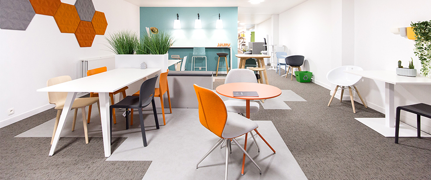 Mobilier de bureau avec tables et chaises pour travailler confortablement.