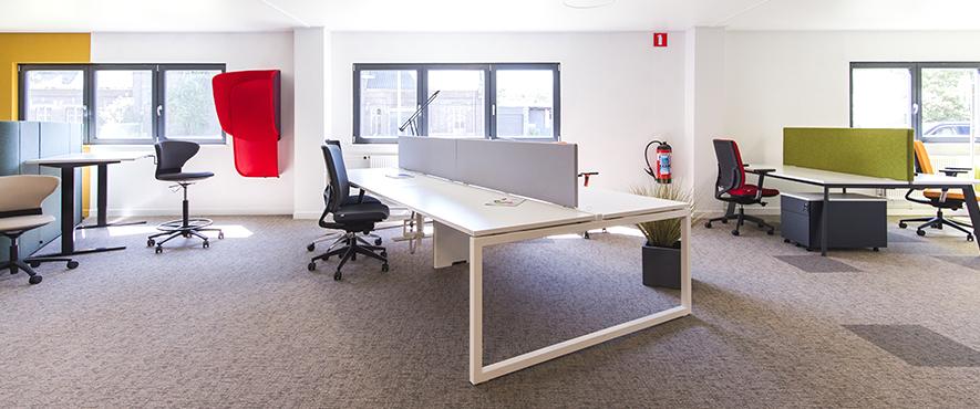 Grand bench de bureau qui montre procéder pour l'aménagement d'espaces de travail.