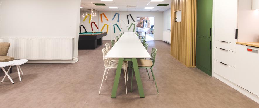 Table et chaise pour l'aménagement d'espace cafétéria avec cusine.
