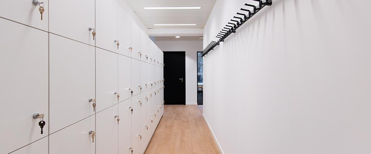 Vestiaires et lockers aménagés pour Hackages.