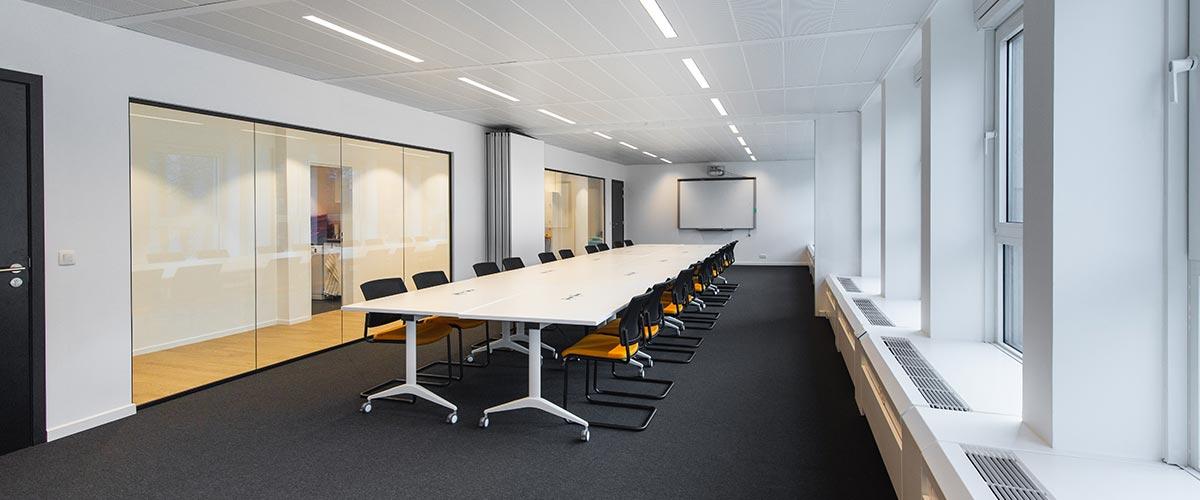 Aménagement de bureaux et salle de réunion.