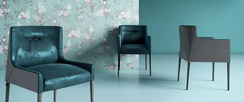 Une pièce bleu avec 3 chaises en velours bleu.